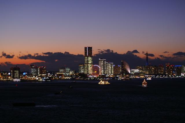 みなとみらい21夕景、光の船